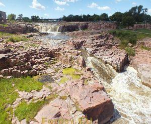 Widok na wodospad i kaskady oraz różowy kwarcyt Siuksów
